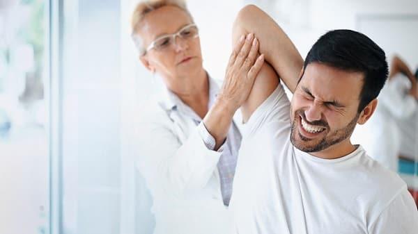 مراجعه به متخصص درد بین دو کتف