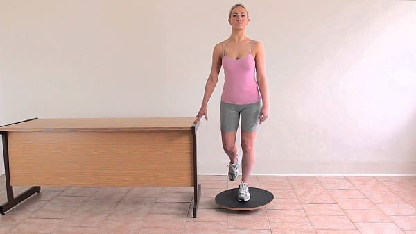 تمرین تعادل روی یک پا برای درمان مورتون نروما